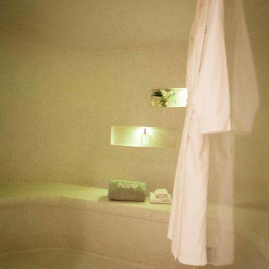 Villa Neo bathrobe in the Hammam